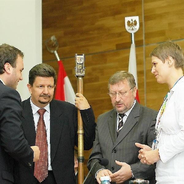 Choć (na zdjęciu) to Grzegorz Schreiber z PiS dzierży już laskę przewodniczącego sejmiku, to raczej fotel Krzysztofa Sikory (w środku), szefa radnych z Platformy, jest niezagrożony.