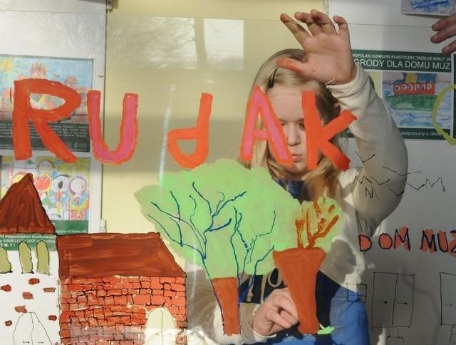 W Domu Muz na Rudaku dzieci malowały na szkle