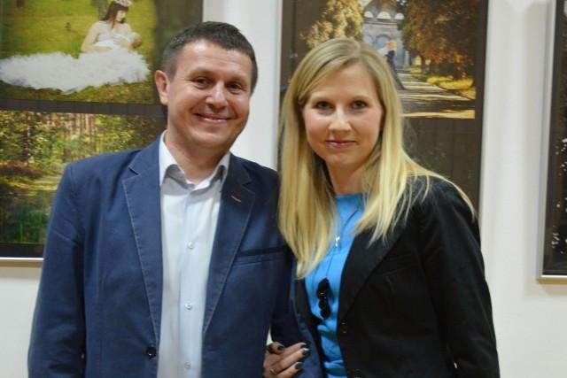Kinga Augustyniak z wiceburmistrzem Końskich Marcinem Zielińskim na tle wystawy.