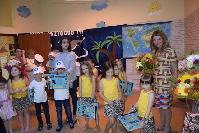 W czwartek, 27 czerwca odbyło się zakończenie roku w Przedszkolu Małych Odkrywców. Był program artystyczny w wykonaniu najstarszych dzieci, od przyszłego roku szkolnego rozpoczynających naukę w szkołach podstawowych, podziękowania, tort i upominki.