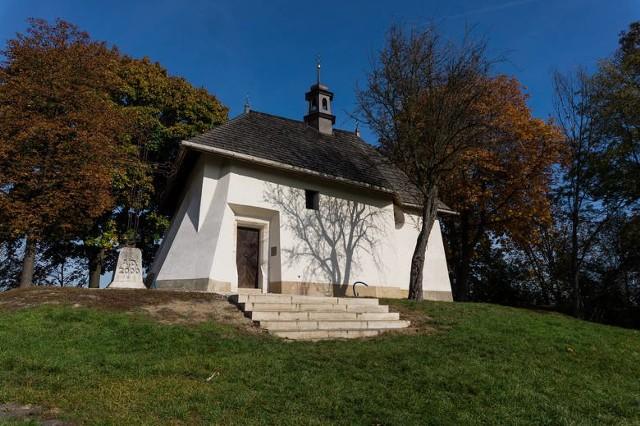 Kościół św. Benedykta, stojący na Wzgórzu Lasoty, to najmniejsza świątynia Krakowa. Kościółek pw. świętego Benedykta jest mniejszy nawet od kościoła św. Wojciecha na Rynku Głównym. Należy również do najstarszych świątyń w Krakowie. Najnowsze badania - rozpoczęte w 2014 r. i trwające cztery lata - potwierdziły wcześniejsze ustalenia, z lat 60. XX wieku: że pod gotycką budowlą znajdują się pozostałości dwóch starszych kościołów.