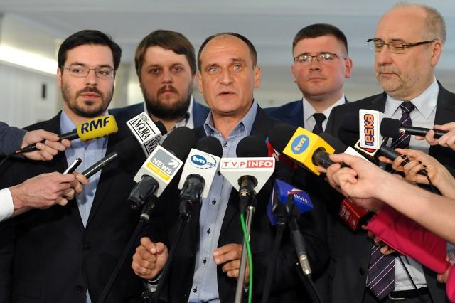 Projekt ustawy w kształcie zgłoszonym przez klub poselski Pawła Kukiza uderzy w prezydentów miast, burmistrzów, wójtów, a także marszałków województw i starostów