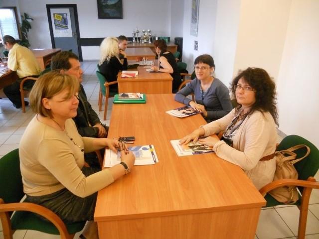 Joanna Pasek i Justyna Wilk z Grupy PSB S.A. w Okręgowej Inspekcji Pracy w Kielcach pytały o badania lekarskie i szkolenia BHP dla osób zatrudnionych na podstawie umów cywilnoprawnych. Fot. Elżbieta Święcka
