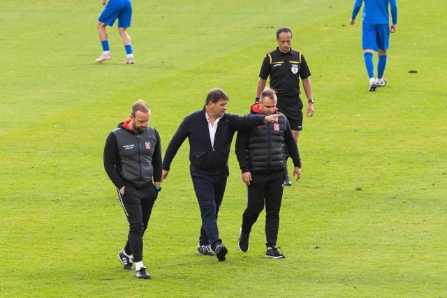 Radosław Mroczkowski (na zdj. w środku) ma o czym myśleć przed meczem z Miedzią