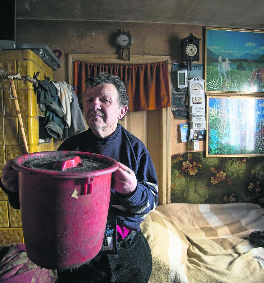 Andrzej Jurewicz ze Słupska prawie 40 lat załatwia się do wiaderka. Tak żyje w poniemieckiej kamienicy oddalonej niespełna pół kilometra od ratusza.