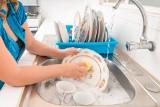 """UOKiK przebadał płyny do mycia naczyń. """"Płyny przeszły w sumie 66 różnych testów"""""""