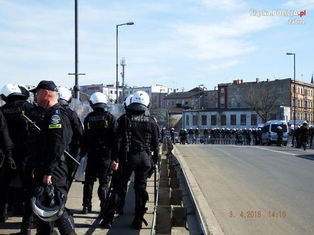 Kibic Legii Warszawa w Zabrzu w asyście policji