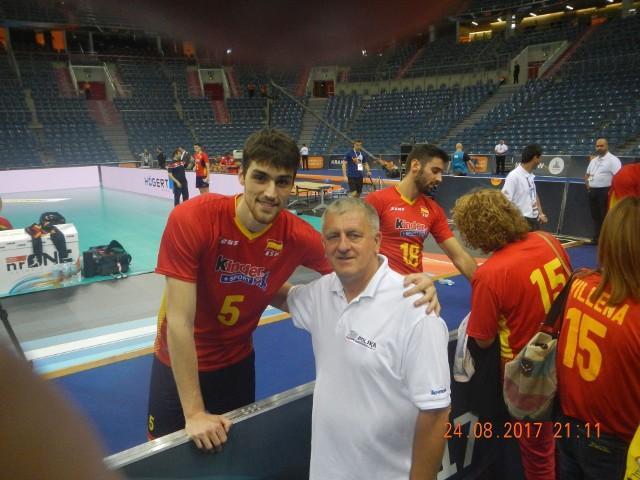Krzysztof Marszalik, ceniony działacz ruchu olimpijskiego z Pińczowa, z reprezentantem Hiszpanii Alejandro Vigilem