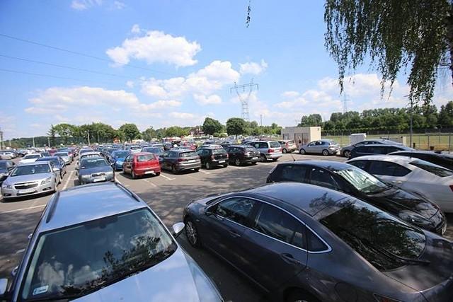 Straż Miejska ma pilnować porządku przy wjeździe na parking Pogorii III w Dąbrowie Górniczej.