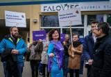 Członkowie ugrupowania Wiosna zbierali podpisy przed wegańską restauracja Faloviec