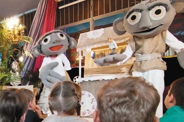Scenografia w spektaklach teatru Małe Mi na pewno przypadnie do gustu nie tylko najmłodszym. Lalki zrobią wrażenie również na dorosłych.