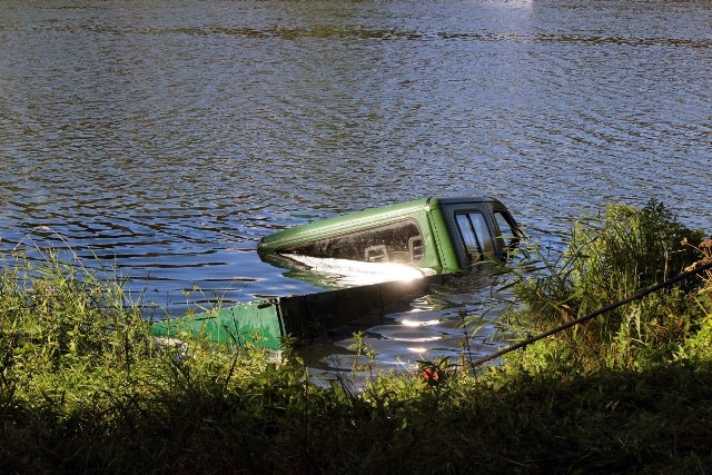 Samochód zatopiony w Stawach Stefańskiego w Łodzi