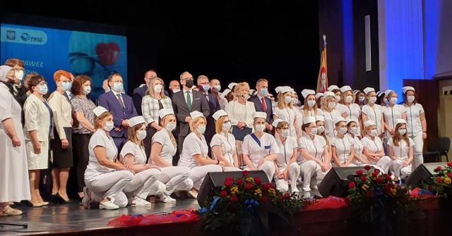 Tradycja czepkowania przyszłych pielęgniarek i pielęgniarzy sięga ponad stu lat.Zobacz kolejne zdjęcia. Przesuwaj zdjęcia w prawo - naciśnij strzałkę lub przycisk NASTĘPNE