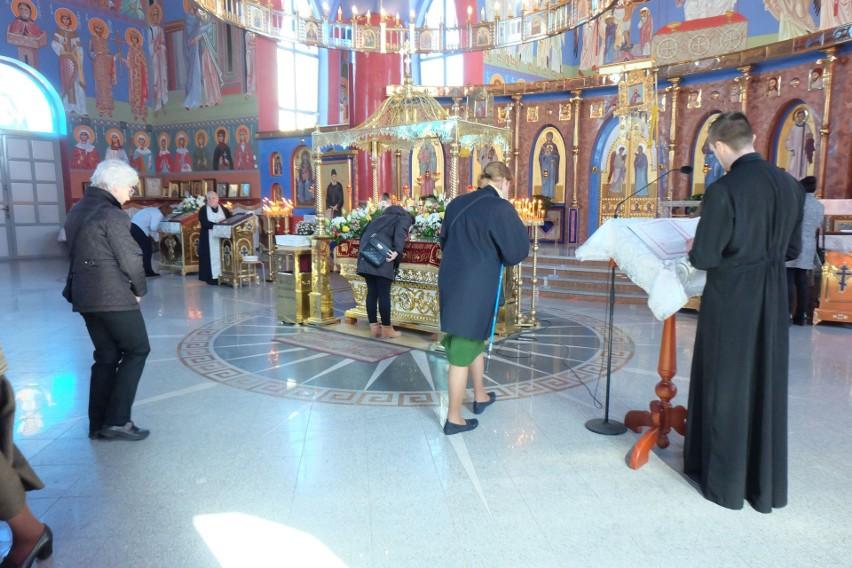 W Wielką Sobotę odprawiana jest rano św. liturgia, podczas...