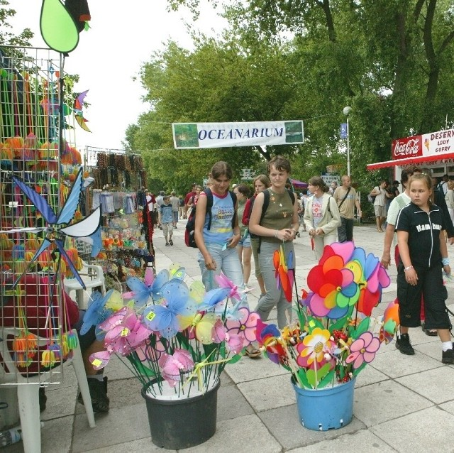 Większość osób handlujących po tej części promenady, przyjechało do Świnoujścia z głębi Polski.