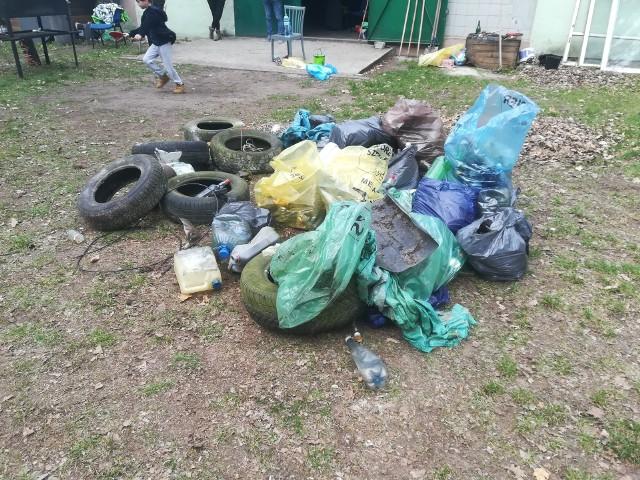 Harcerze z Pakości oraz członkowie Stowarzyszenia Przyjaciół Harcerstwa i Dzieci Specjalnej Troski zorganizowali akcję sprzątania harcerskiej bazy i lasu w Łącku pod Pakością