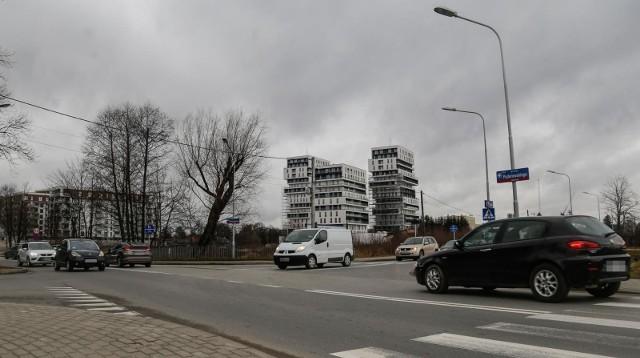 Ze względu na rosnąca liczbę mieszkańców osiedla Słocina, w rejonie skrzyżowania ul. Witolda i Paderewskiego coraz częściej tworzą się korki.