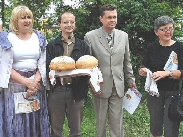 """""""Jagiellończycy"""" zostali powitani w Opatowcu chlebem i miodem."""