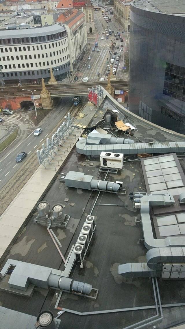 Uszkodzenie na dachu Arkad Wrocławskich