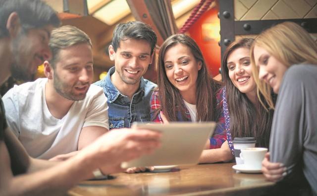 Dzisiaj szukanie miłości w sieci jest właściwie normą.To zjawisko społeczne i kulturowe. Socjolodzy potrafią je opisać i zrozumieć. Ale... czy nie prościej pogadać spogladając sobie prosto w oczy?