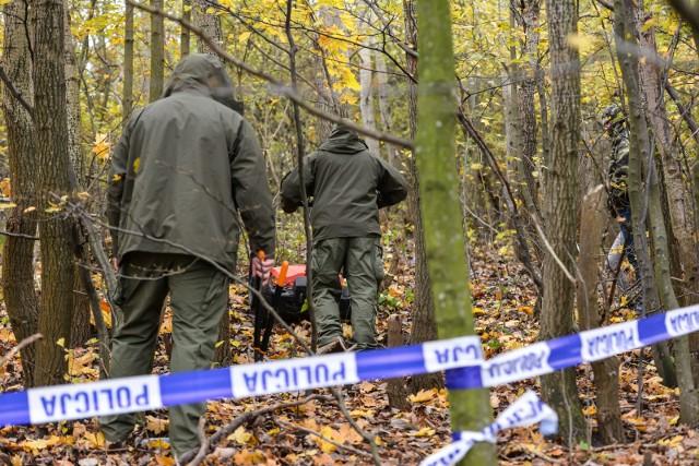 Zwłoki 30-latka w lesie koło Łodzi. Policjanci zatrzymani po śmierci mężczyzny.