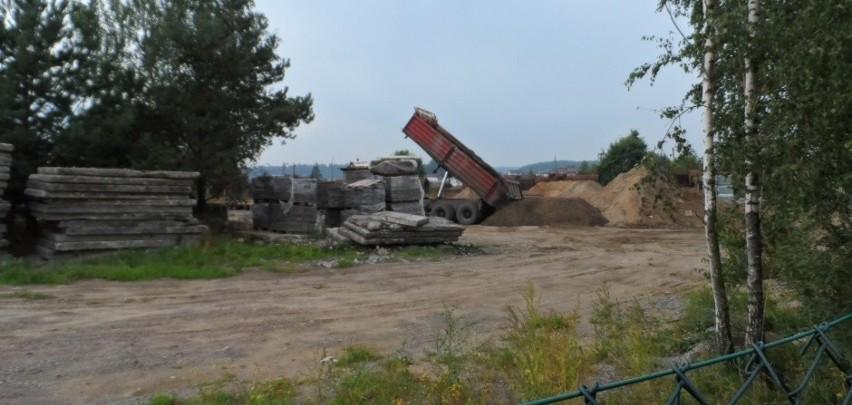 Uciążliwe odpady budowlane zniknęły. Policja nadal prowadzi postępowanie