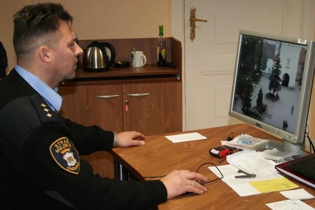 Strażnik Andrzej Rolek obserwuje na razie obraz z dwóch kamer. Kiedy powstanie monitoring, kamer będzie więcej, powstanie studio. Musi je obsługiwać osoba z doświadczeniem.