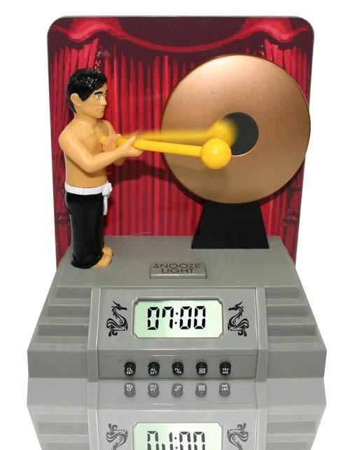 Budzik gongBudzik gong obudzi cię silnym uderzeniem... faceta