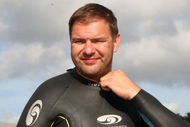 Tomasz Karolak podczas zawodów triathlonowych w Gdyni.