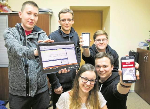 Postawili na aplikację i odnieśli sukces. Od lewej: Mateusz Bielawski, Jan Gromko, Maciej Szczerba, siedzą: Karolina Wojtach i Michał Daniłowski.