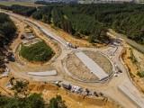 Budowa obwodnicy Praszki. Postępuje realizacja 13-kilometrowej drogi. Zobacz, co dzieje się na placu budowy! [ZDJĘCIA]