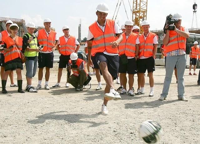 Pamiętna chwila - Cristian Omar Diaz strzela pierwszego gola na stadionie na Maślicach. Chociaż trudno ten ogromny plac budowy nazwać stadionem
