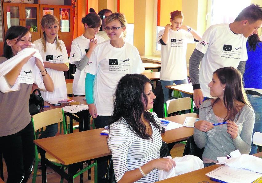 """Uczniowie ZSE w Radomsku przymierzają """"unijne"""" koszulki,..."""