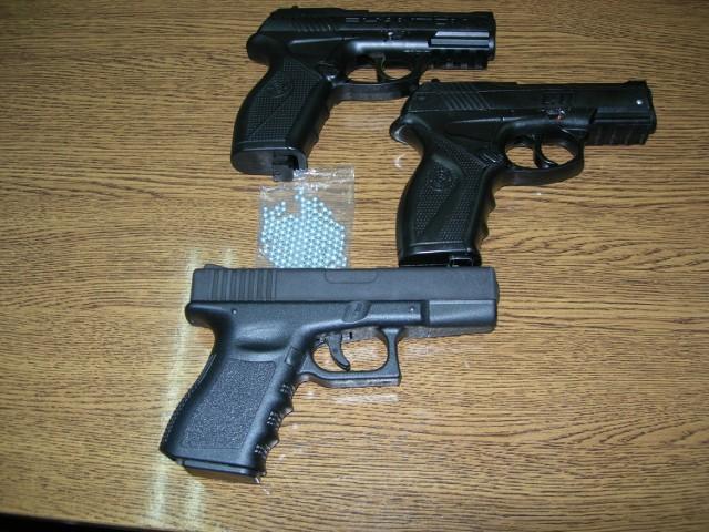 Policjanci zabezpieczyli broń z której strzelali mężczyźni