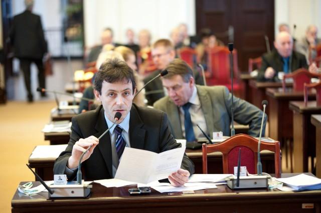 Witold Rosset, przewodniczący Komisji Finansów łódzkiej Rady Miejskiej, wyjaśnia, że radni nie dostali projektu uchwały o sprzedaży długów lokatorów.