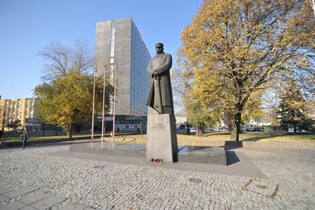 Przed pomnikiem Piłudskiego odbywają się patriotyczne uroczystości