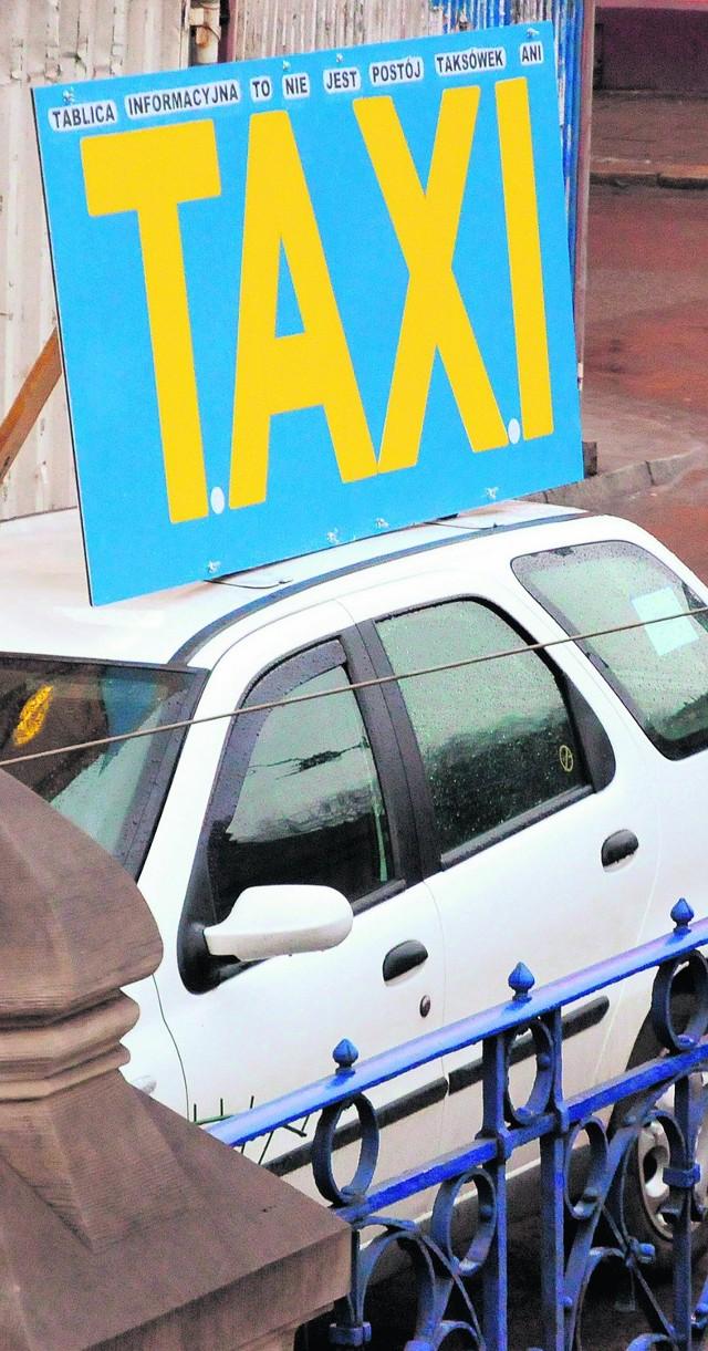 """Pseudotaksówkarze ustawiają na samochodzie szyld """"Taxi"""""""