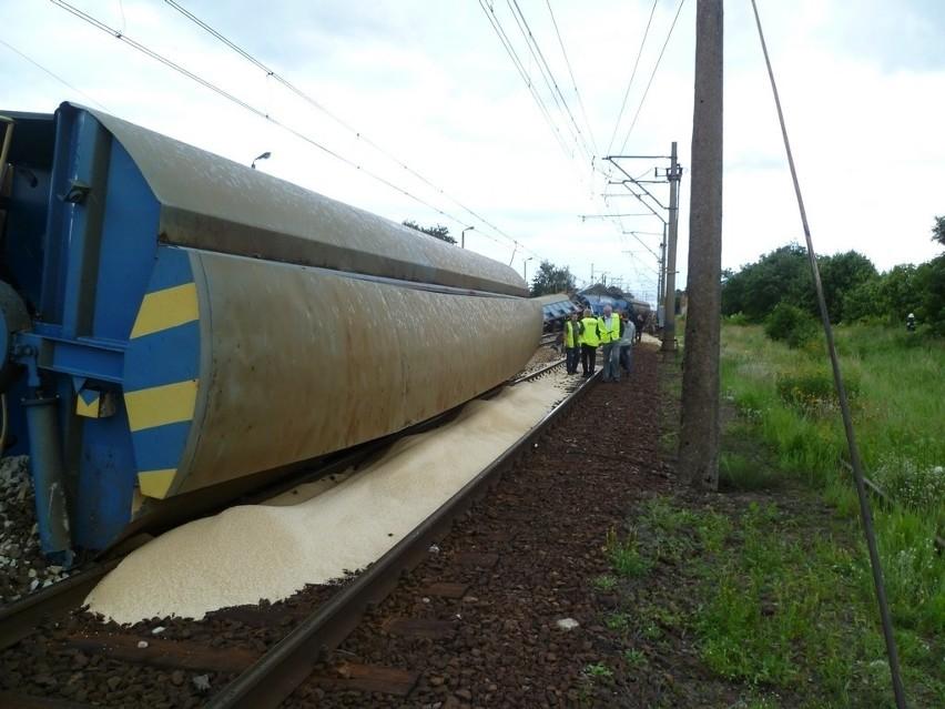 Pociąg z nawozami wykoleił się ok. 15 we wtorek, zerwał trakcję i część linii kolejowej