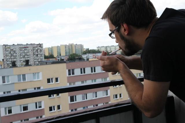 Przybywa zwolenników wprowadzenia zakazu palenia na balkonach i tarasach w wielorodzinnych budynkach. Sąsiedzi palaczy uparcie twierdzą, że dym im przeszkadza, wpada do mieszkań. Tymczasem palący powołują się na to, że balkon jest integralną częścią mieszkania i mogą tam robić, co tylko chcą. To nie do końca prawda. A zakaz palenia na balkonach i tarasach od stycznia 2021 roku wprowadzili Litwini.   Czy będzie zakaz palenia papierosów na balkonach? Jest taka inicjatywa. SZCZEGÓŁY NA KOLEJNYCH STRONACH >>>>    Czytaj dalej. Przesuwaj zdjęcia w prawo - naciśnij strzałkę lub przycisk NASTĘPNE
