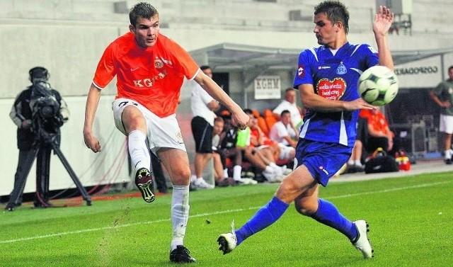 Przed rokiem Zagłębie (na zdjęciu po lewej Bartosz Rymaniak) przegrało z Ruchem 0:1