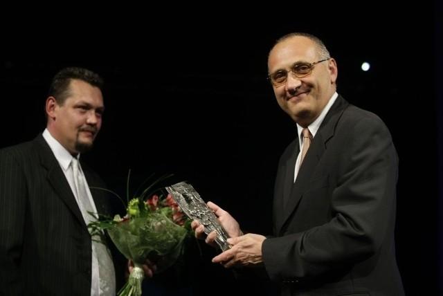 """Redaktor naczelny """"Dziennika Bałtyckiego"""" Maciej Wośko wręczył nagrodę Człowieka Roku 2009 prof. Jackowi Jassemowi (po prawej)"""