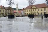 Bochnia. Fontanna multimedialna na Rynku już działa, w ciągu dnia są seanse wody i dźwięku, a wieczorami również światła [ZDJĘCIA]