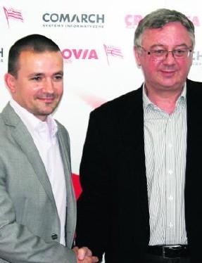 Nowy szkoleniowiec - Rafał Ulatowski (z lewej) witany w Cracovii przez prezesa Janusza Filipiaka