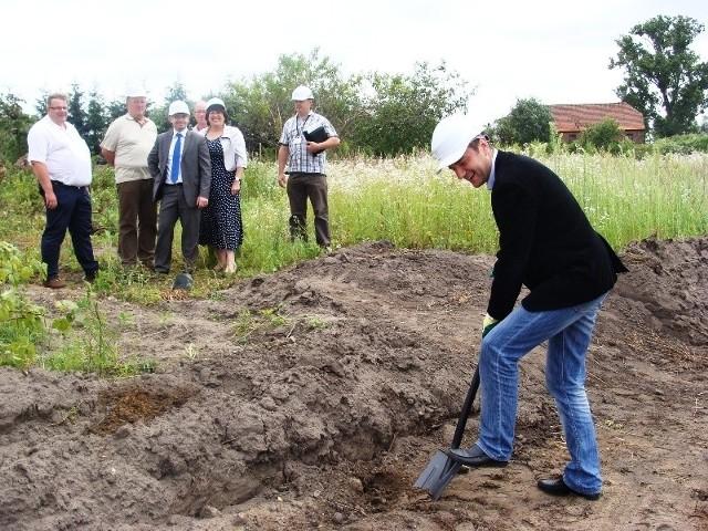 Pierwszą łopatę pod budowę nowych mieszkań wbił Jarosław Pucek, dyrektor ZKZL