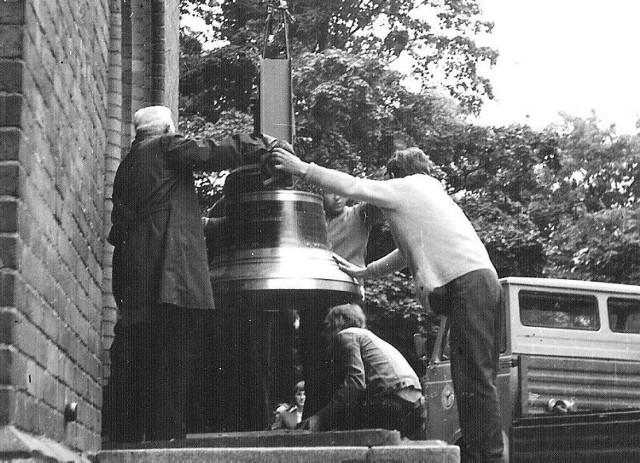 Rok 1975, montaż dzwonu na wieży kościoła Mariackiego w Szczecinku