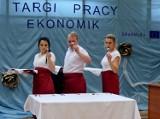 """W staszowskim """"Ekonomiku"""" podsumowano projekt ERASMUS+. Uczniowie otrzymali dokumenty potwierdzające ich kompetencje"""