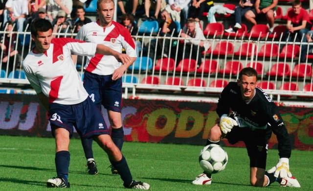 Sebastian Olszar (z lewej) posyła piłkę obok zrozpaczonego bramkarza Odry Adama Stachowiaka