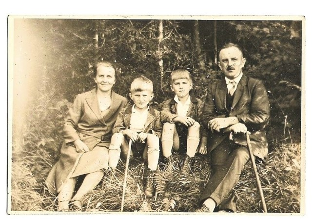 Na zdjęciu powyżej młody Karl Heinz Lachman w towarzystwie matki, ojca i starszego brata