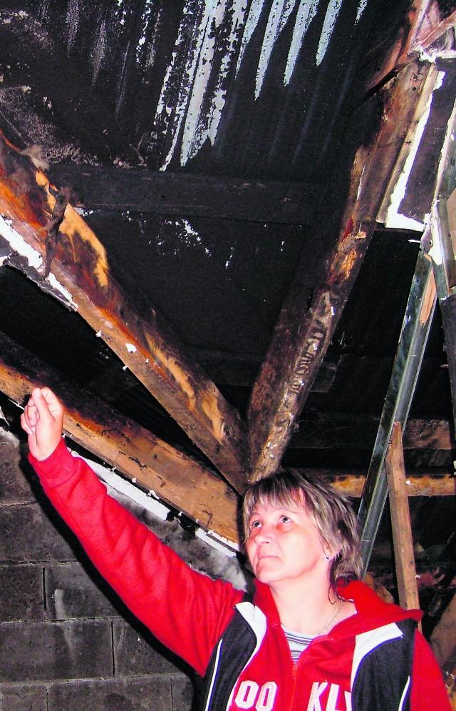 Bożena Baran pokazuje spalone mieszkalne poddasze