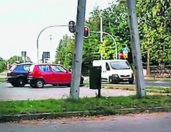 Na filmie widać jak kierowcy przejeżdżają na czerwonym świetle